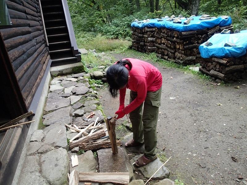 薪を割る須貝