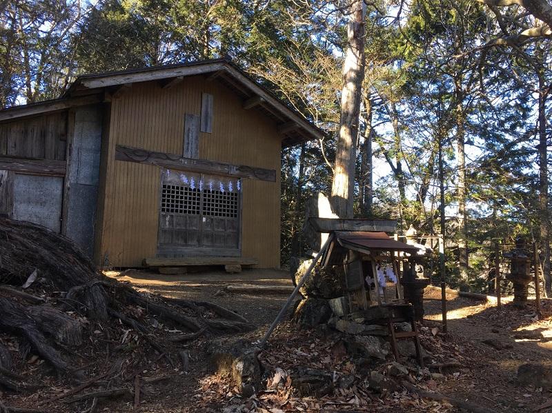 山頂付近の両神神社。両神山は古くから山岳信仰の霊場であったと考えられている。