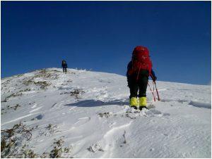頂上近くの稜線を進む佐藤・後藤