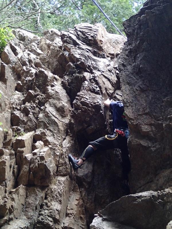 女岩西面のチムニーを登る増田。