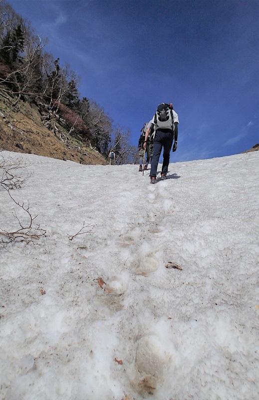 残雪の急登を登る