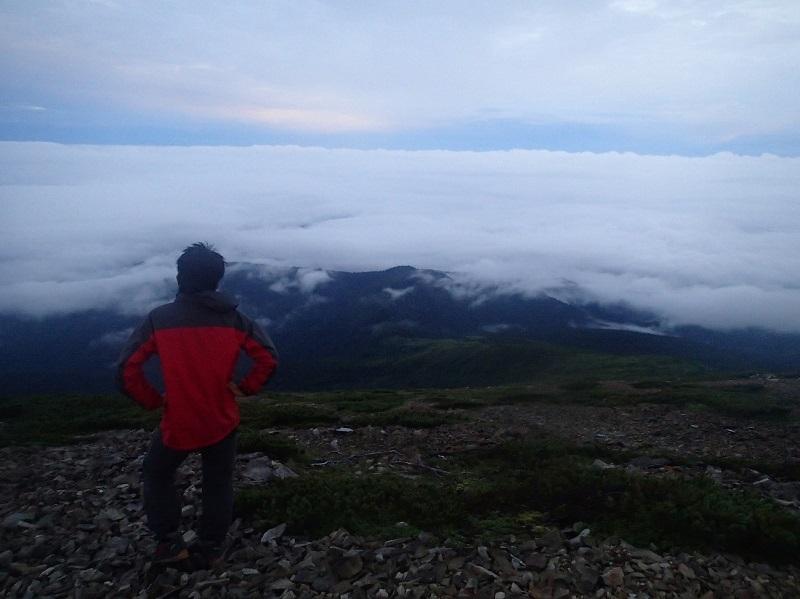北ノ股岳山頂にて雲海を眺める