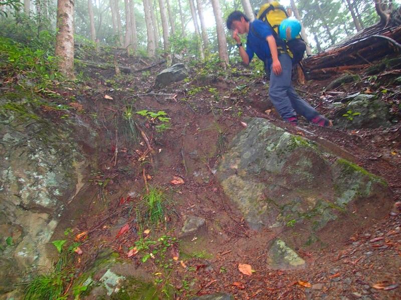 急峻な登山道。アプローチの段階でウォーミングアップは完璧だ。