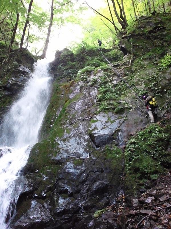 沢登りで初めてロープを使ってこの大滝を登った。ロープがあっても、うまく登れずヒヤヒヤした。