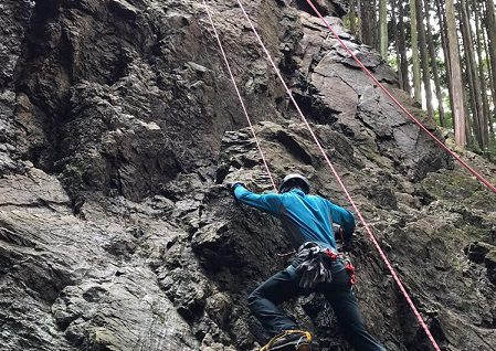 アイゼンに毛手袋をものともせず、男岩南面のクラックルートを登る我らが主将。