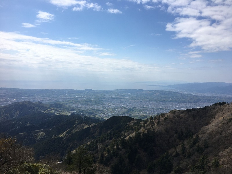 山頂近くからの景色。神奈川県南西部が一望できる