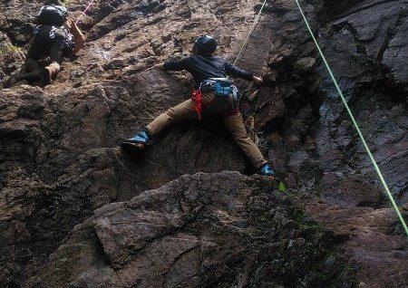 杉浦が男岩の南面をトップロープで登っている